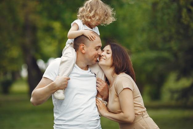 Leuke familie spelen in een zomer-park