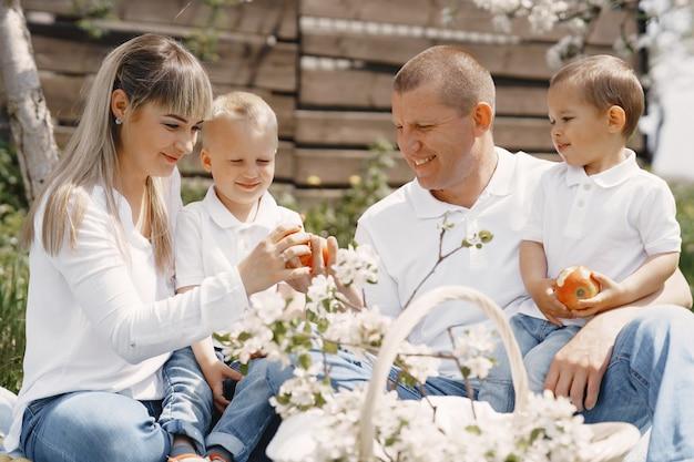 Leuke familie spelen in een zomer tuin