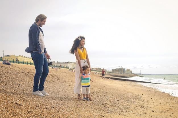 Leuke familie spelen op het strand
