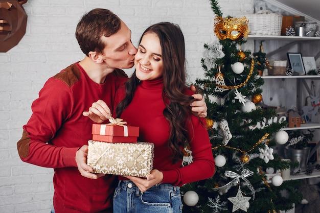 Leuke familie thuis in de buurt van de kerstboom