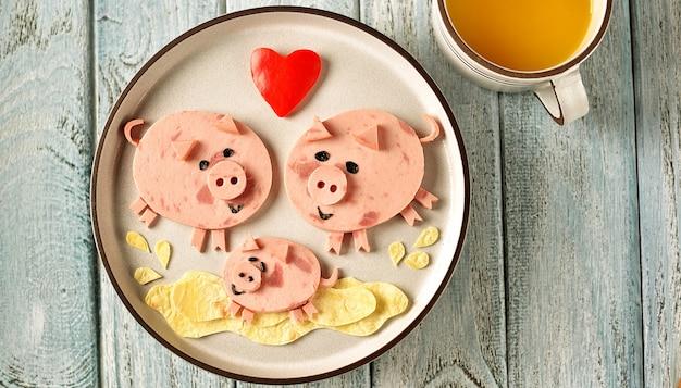 Leuke familie van varkensvoedselkunstidee voor kinderontbijt.