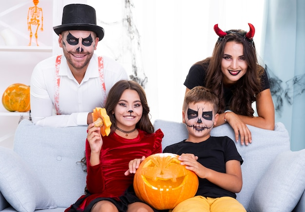 Leuke familie verzameld voor halloween