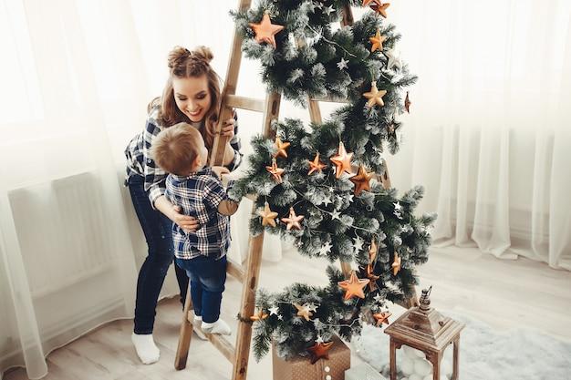 Leuke familiezitting dichtbij kerstboom