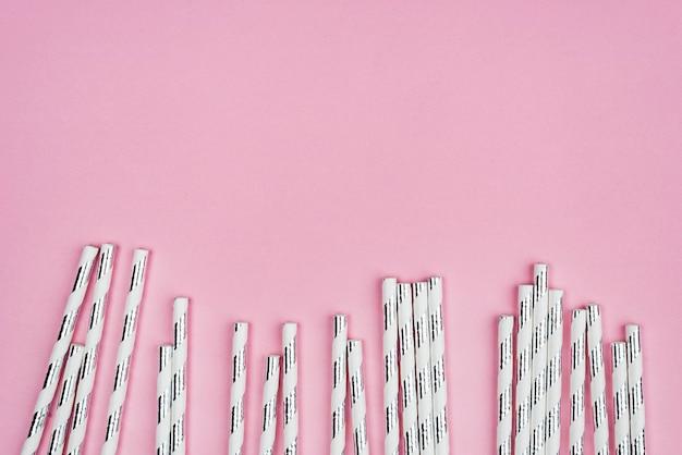 Leuke gekleurde papieren rietjes kopiëren ruimte