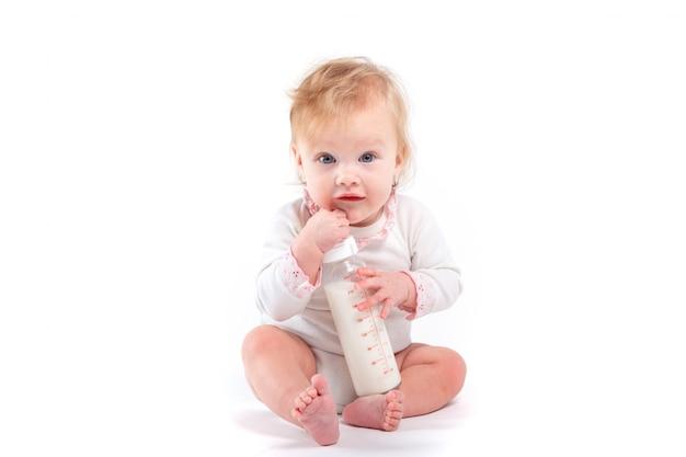 Leuke gelukkige baby in de fles van de wit overhemdgreep