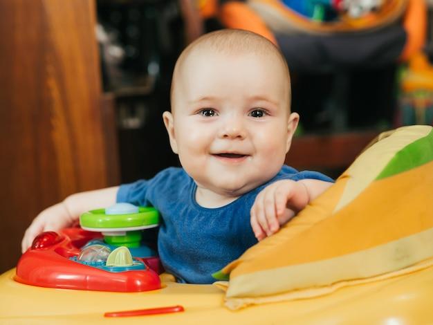 Leuke gelukkige babyjongen in kaukasische leurders