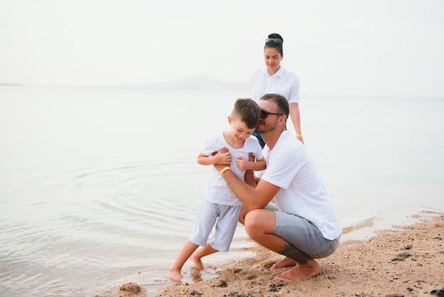 Leuke gelukkige familie die plezier heeft op luxe tropisch resort, moeder met kind, zomervakantie, liefdesconcept