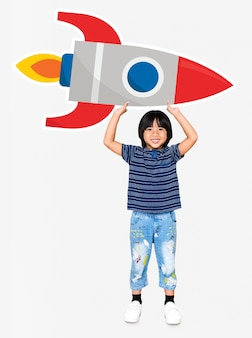 Leuke gelukkige jongen die een raketpictogram houdt