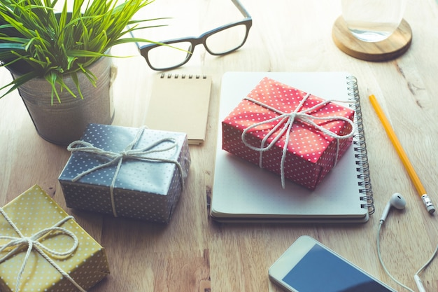Leuke geschenkdoos presenteert op werktafelachtergrond