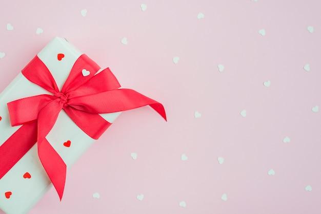 Leuke gift dichtbij harten op roze
