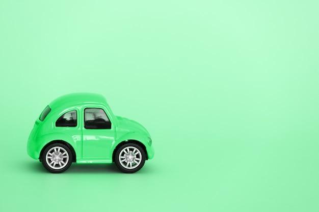 Leuke groene auto geïsoleerd op een groene achtergrond kopie ruimte