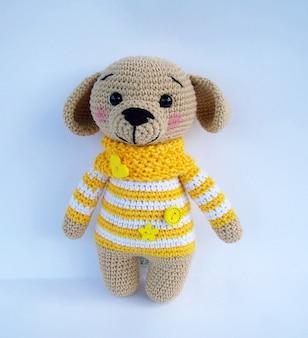 Leuke handgemaakte haak doggy doll geïsoleerd op een witte achtergrond met schaduw reflectie.