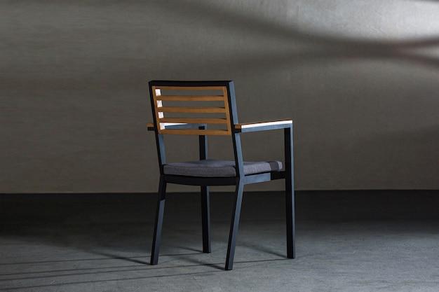 Leuke houten stoel met comfortabele kussens in een studio