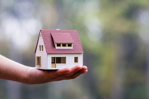 Leuke indeling van het huis. het concept van nieuwe huisvesting voor familie