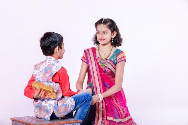 Leuke indiase broer en zus vieren raksha bandhan festival,