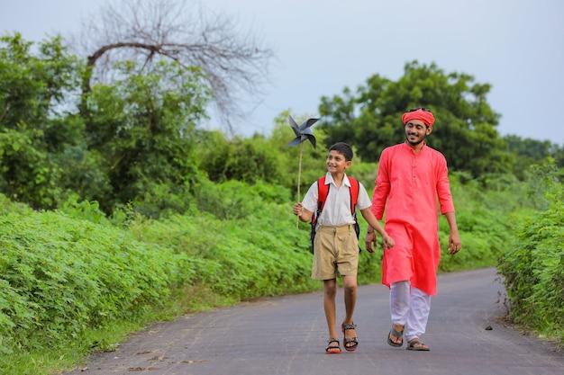 Leuke indiase jongen speelt met een vuurrad met zijn vader