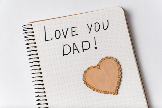 Leuke inscriptie in notebook i love you dad. close-up kladblok en hart