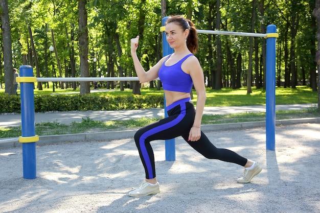 Leuke jonge atletische vrouw die sporten in de natuur doet