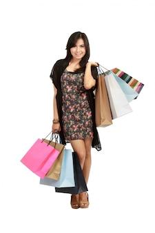 Leuke jonge aziatische vrouw met boodschappentassen