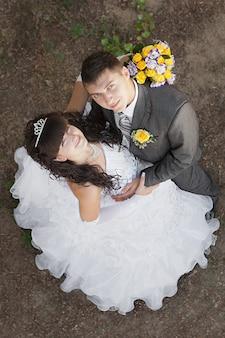 Leuke jonge bruid en bruidegom die omhoog kijken