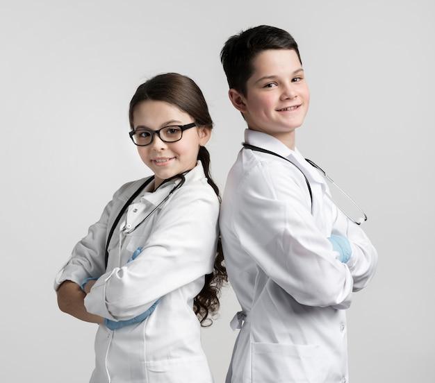 Leuke jonge jongen en meisje verkleed als artsen