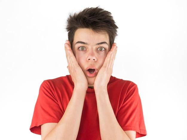 Leuke jonge jongen in rode t-shirt wordt bang