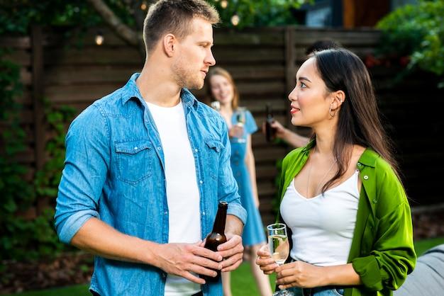 Leuke jonge man en vrouw die elkaar bekijken