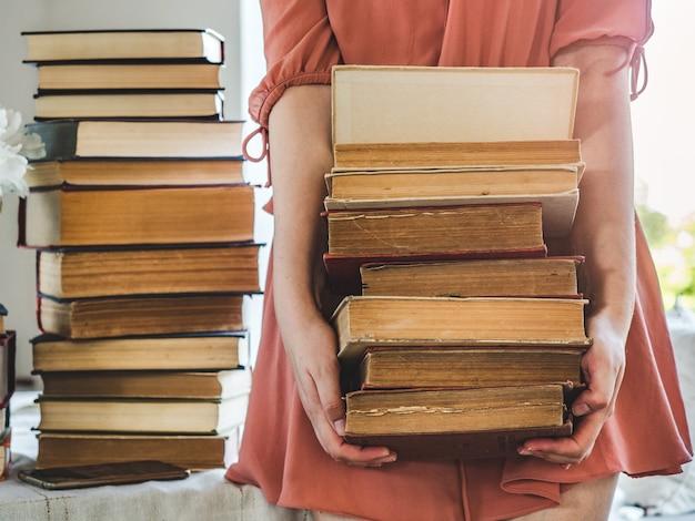 Leuke, jonge vrouw en vintage boeken. close-up, geïsoleerde achtergrond. studiofoto