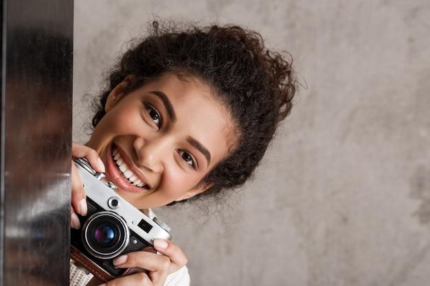 Leuke jonge vrouw met camera blik vanuit hoek
