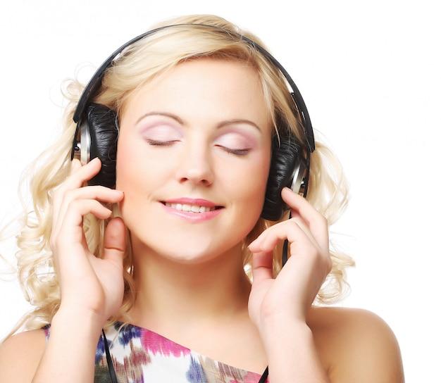 Leuke jonge vrouw met een koptelefoon
