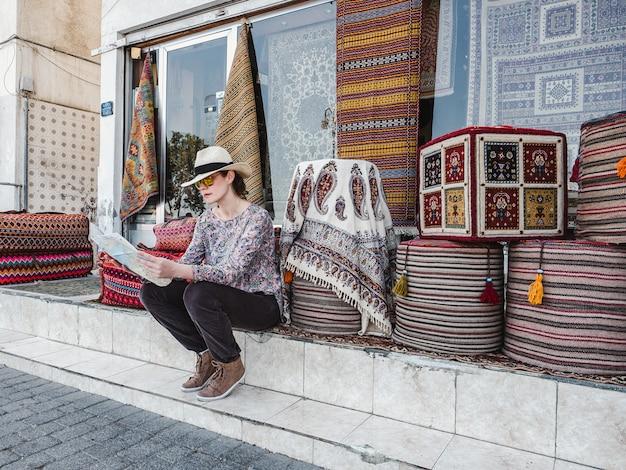 Leuke, jonge vrouw met een toeristenkaart