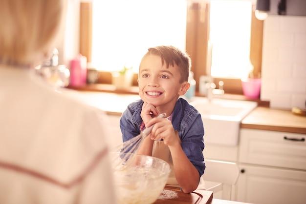 Leuke jongen die heel aandachtig luistert Gratis Foto