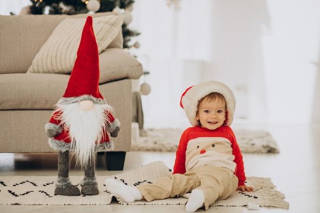 Leuke jongen die kerstmuts op kerstmis draagt