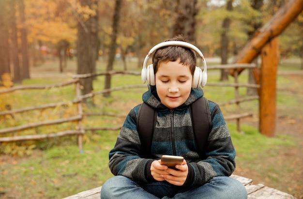 Leuke jongen die lokaal reist met behulp van kaart op tablet voor navigatie
