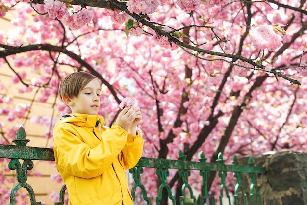 Leuke jongen die stijlvolle outfit draagt in het voorjaar. lifestyle, jeugd en mode concept.