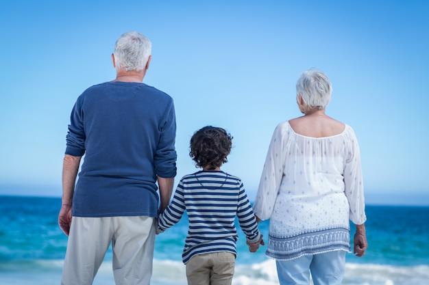 Leuke jongen die zijn grootoudershanden houdt