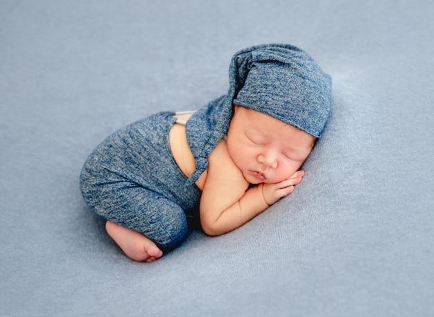 Leuke jongen in blauwe bonnetslaap
