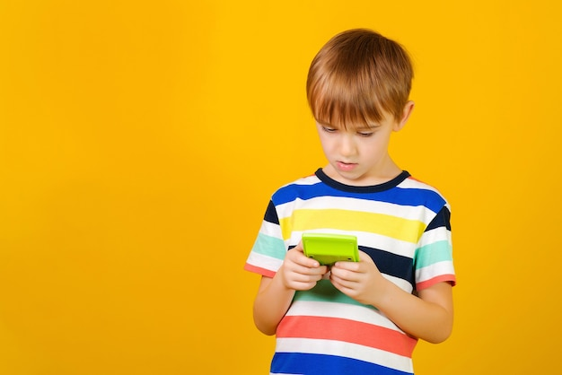 Leuke jongen met behulp van een rekenmachine en terug naar school-concept.