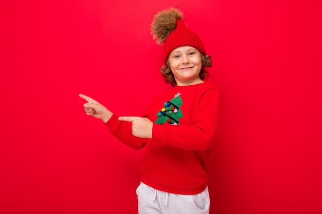 Leuke jongen met een kersttrui en een hoed