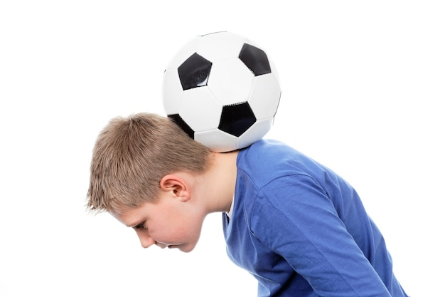Leuke jongen met een voetbalbal