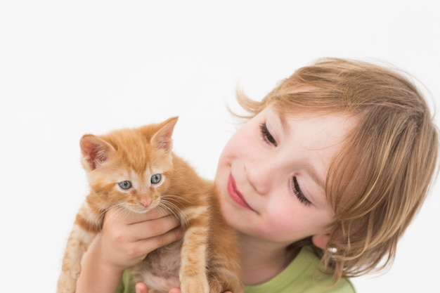 Leuke jongensholding terwijl het bekijken katje