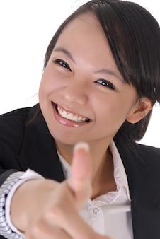 Leuke kantoordame met lachend gezicht geeft je een uitstekende zonde door duim omhoog gebaar.