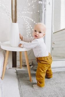 Leuke kaukasische baby die leert staan