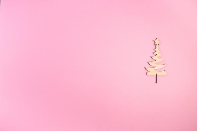Leuke kerstboom is gemaakt van hout