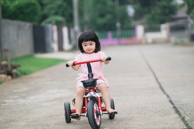 Leuke kinderen die een fiets berijden. kinderen genieten van een fietstocht.