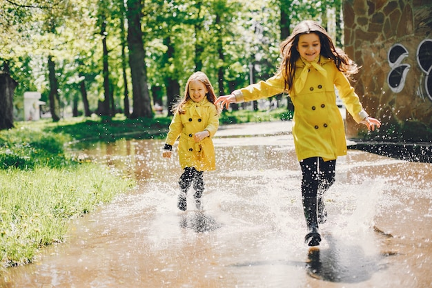 Leuke kinderen plaiyng op een regenachtige dag