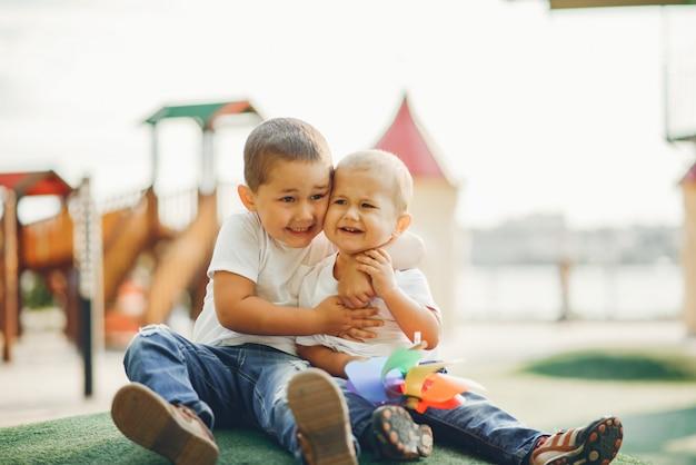 Leuke kleine jongens die pret op een speelplaats hebben