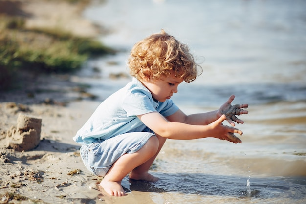Leuke kleine kinderen die op een zand spelen