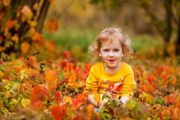 Leuke kleine meisjes die rode heerlijke appel eten
