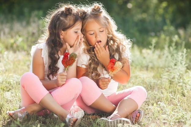 Leuke kleine vriendinnen plezier samen